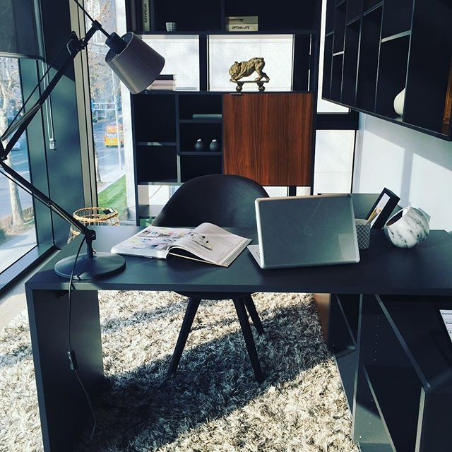 새해들어 부쩍 서재 가구가 욕심납니다. 이런 심플한 디자인이라면 어느 공간에도 잘 어울릴 거 같네요!  #luxury #interior #deco #study #library #boconcept #이영채기자