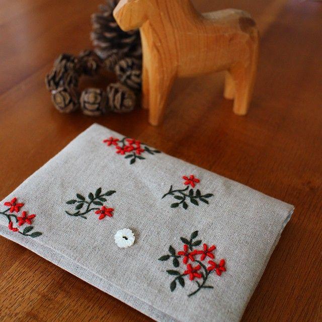 2014.9.19 . ポケットポーチ仕上がりました。 ファスナーもなく簡単な仕様です。刺繍はまだまだの腕前ですが、ナチュラルリネンに深みのある緑と鮮やかな赤いお花がお気に入り♡ . 朝晩ぐっと肌寒くなってきて、大好きな季節にワクワクしてきます^^ . #embroidery #pouch #pochette #jeudefils #高橋亜紀 #handmade #刺繍
