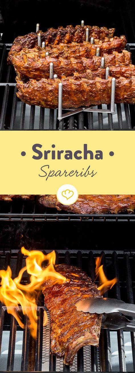Du magst es feurig? Dann solltest du dir dieses Rezept für saftig-zarte Spareribs mit der scharfen Sriracha-Marinade nicht entgehen lassen.