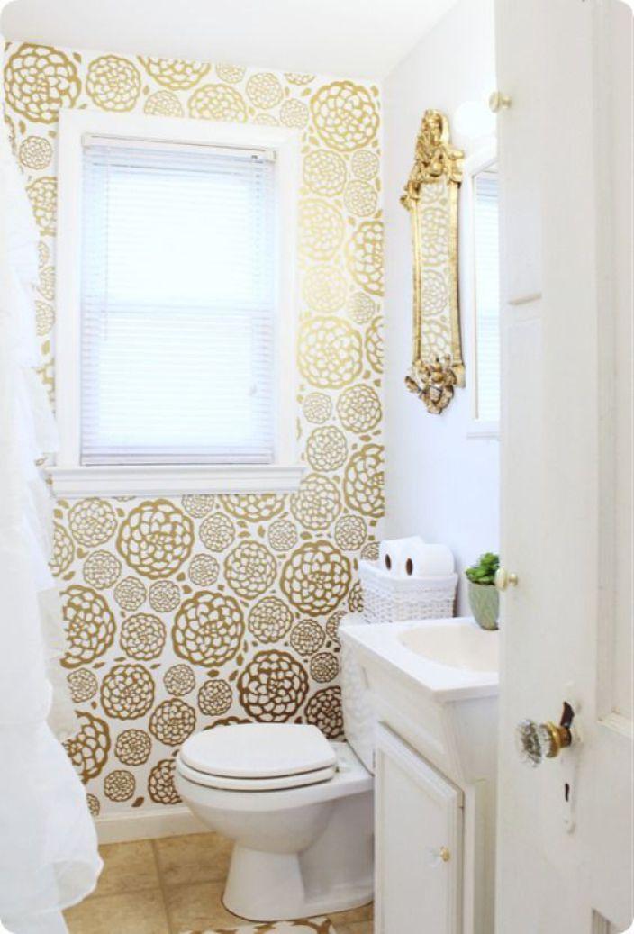 Du vinyl doré dans la salle de bain donne aussi de la dimension a une toute petite piece