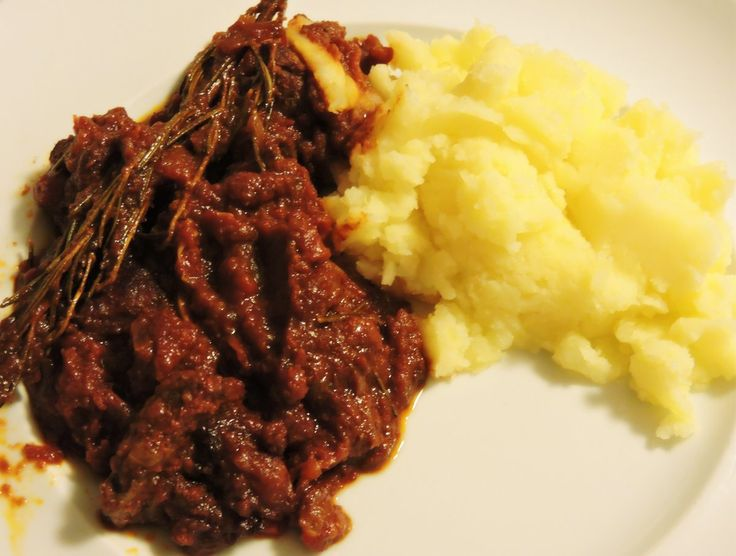 wild boar with mashed potatoes/cinghiale con puree di patate