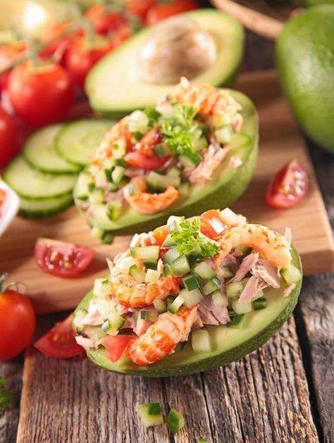 Rohes Avocado-Gemüse Thunfisch Garnelen ein schönes frisches Sommergericht und gehen …   – Cuisines