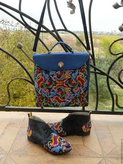 Купити або замовити сумка-портфель в інтернет-магазині на Ярмарку Майстрів. стильная сумка для деловой женщины. фронтальная сторона сумки вышита крестиком с использованием старинной схемы. тыльная сторона сумки- замшевая кожа глубокого синего цвета с накатом. клапан сделан из нубука яркого синего цвета. днище и ремень через плечо- темно-синий наплак. сумку можно носить как портфелик в руке ,так и через плечо. ремень через плечо пристегивается карабинами.