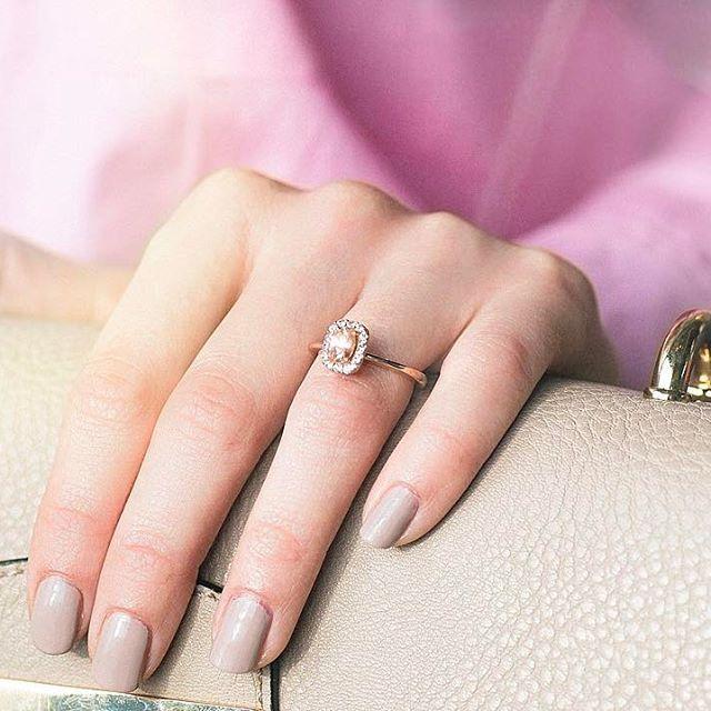 Morganit ovalnog brusa, roze zlato, dijamanti i samouverenost nošenja vereničkog prstena, predstavljaju zaštitni znak svake žene 💖  Posetite Wedding Centar Zlatare AS ⭐️  Prvoklasno iskustvo koje zaslužujete. ✨www.zlatara-as.rs    #weddingcentar #veridba #vencanje #wedding #vencanjeizsnova #novisad #srbija #beograd #verenickiprsten #engagementring #weddingring #burme #zlatara #zlataraas #akvamarin #morganit