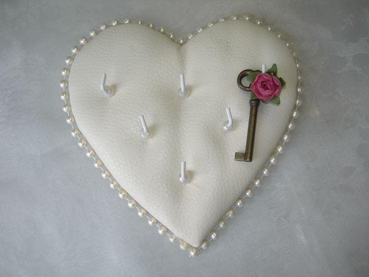 Porta llaves para la entrada de la casa. Va muy bien con decoraciones Shabby Chic. Ideal para tenerlo en la lista de bodas. https://www.youtube.com/watch?v=6ukWT7XJgdo