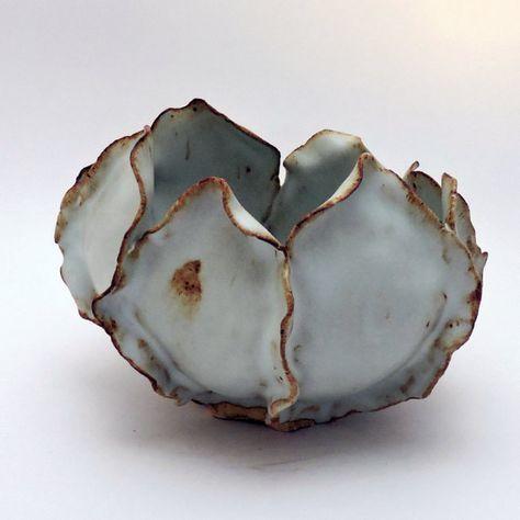 Handgemaakte witte keramische pot die kan ook worden gebruikt als een vaas. Deze schaal past prachtig zoals een plant van de natuurlijke wereld. Met een buitenkant van witte bloemblaadjes rond de kom en een glad interieur met hints van bruin, zal het perfect passen in uw huis, ziet er geweldig bij het houden van planten en vruchten, of dienen als een middelpunt op uw eettafel. Dit was de handgemaakte petal door bloemblad, geïnspireerd door de groei van de vetplanten in mijn eigen tuin…