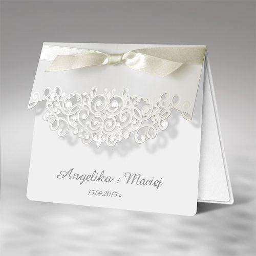 A meghívó matt fehér papírra készül.A borítót eredeti lézer kivágás díszíti,amely gyöngyház színű.Fehér színű szatén szalag díszíti.        A meghívóhoz dekoratív boríték jár.A meghívóknál nincs szerkesztésiés nyomtatási költség
