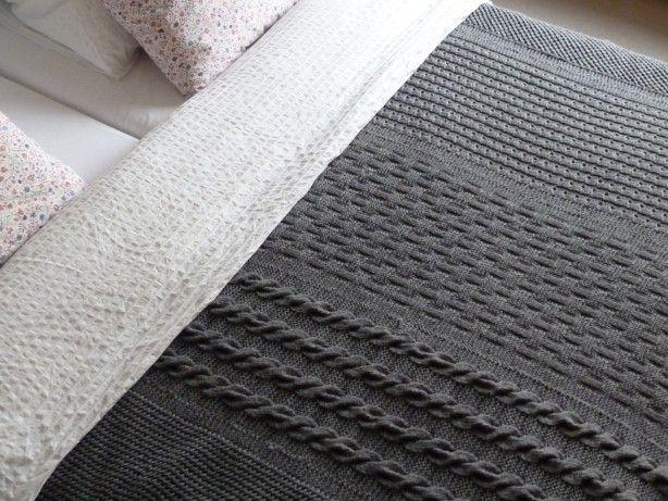 Deken of plaid gebreid in vijf banen en ook met vijf verschillende patronen. Patronen opgezocht op You Tube op deze manier kun je je eigen deken/plaid ontwerpen. Ik heb zelf garen gebruikt voor pen 5.