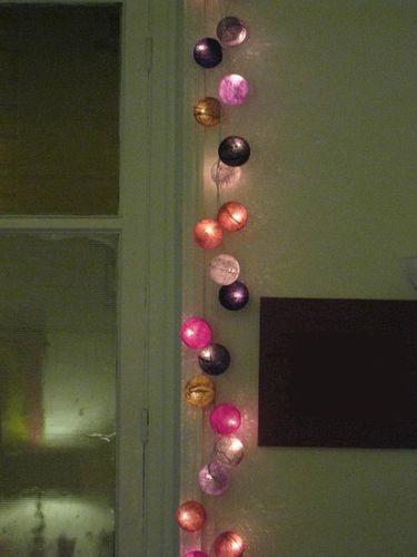 Chambre Avec Des Cousins De Decoration Et Des Guirlandes Lumineuses
