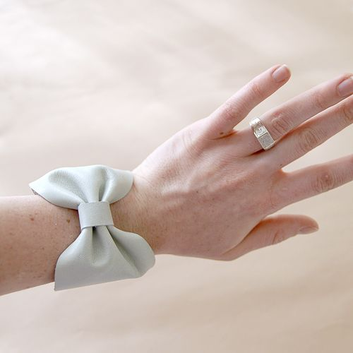 Leather bow bracelet cuffs.: Cuffs Bracelets, Fashion Ideas, Fashionmerchandi, Leather Cuffs, Crafts Tutorials, Bows Bracelets, Bows Cuffs, Leather Bows, Leather Bracelets