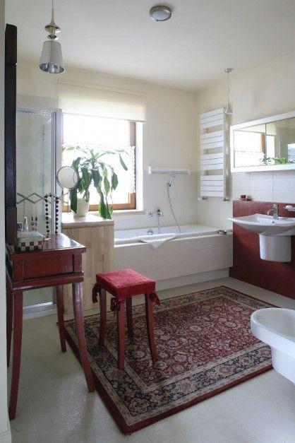 Nietypowa łazienka - z dywanem, w ciekawym buduarowym klimacie. Fot. Bartosz Jarosz.