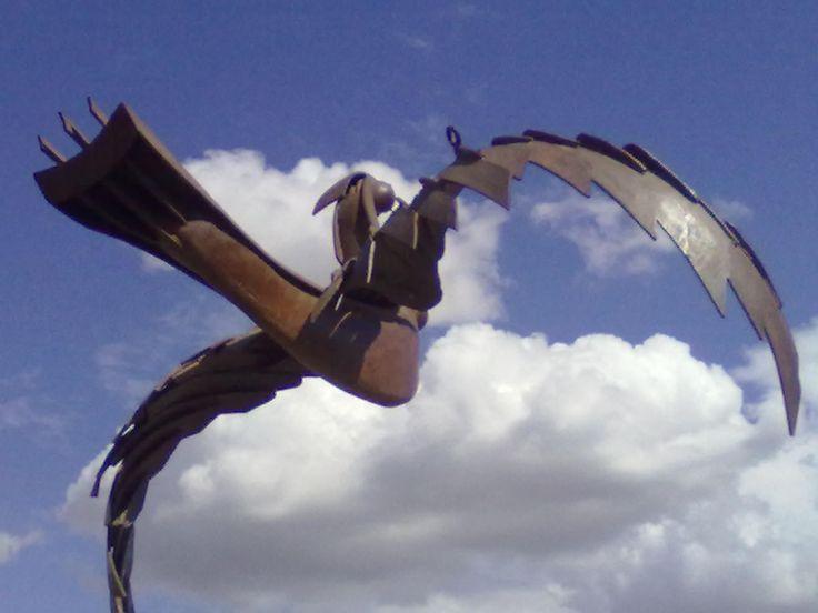 un ave de metal en el cielo