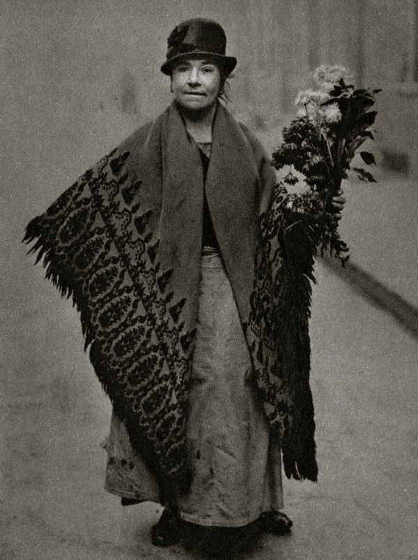 Flower Seller. Characterful portraits of Londoners, believed to be by photographer Donald McLeish (1879-1950), selected from the three volumes of Wonderful London edited by St John Adcock and produced by The Fleetway House in the nineteen-twenties.