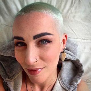 Esta mujer, que está sirviendo frescura de menta.   21 Hermosas mujeres cuyas cabezas rapadas te darán vida