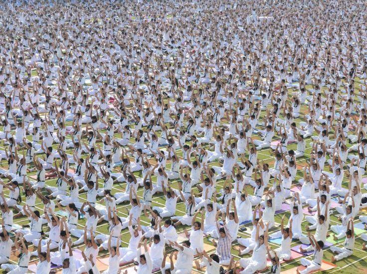 24 heures en images Près de 500 élèves et enseignants de la Delhi Public School participant à une séance de yoga, à Hyderabad, dans l'Etat indien du Télangana, le 20 octobre. L'assemblée a enchaîné sept postures yogiques, et prié pour l'harmonie du monde et pour la paix. (AFP PHOTO/Noah SEELAM)