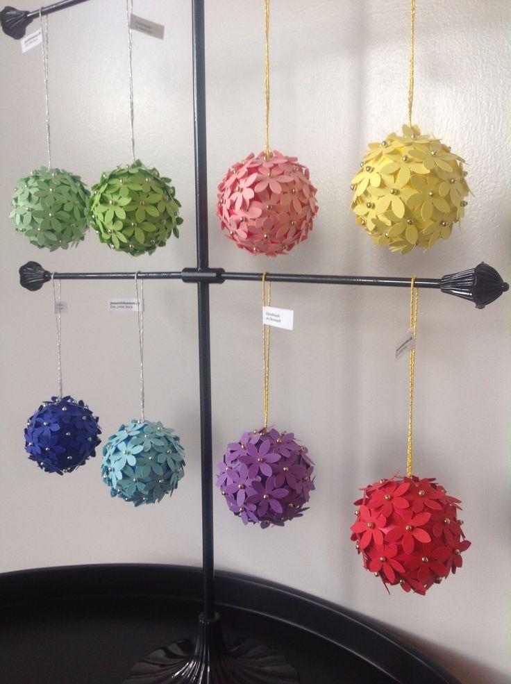 Små blomsterkugler i mange farver med perler og løkker i sølv og guld, 75 kr. Fine i vinduet eller på grene og som en anderledes værtindegave. Find dem i webshoppen www.jannielehmann.dk