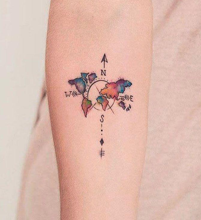 Tatuaggi a tema viaggio: bussola e cartina del mondo multicolor