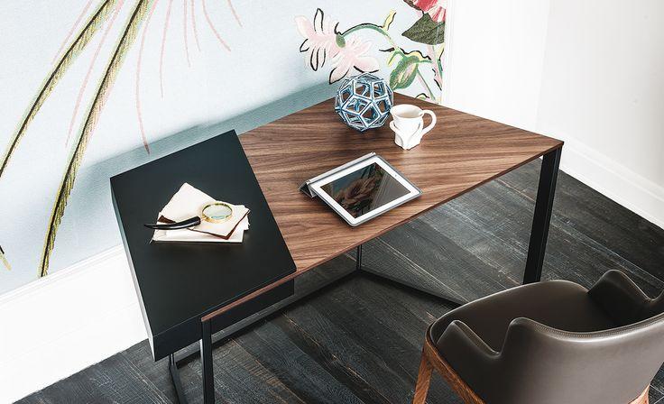 Schreibtisch mit Schuhblade. Gestell aus Sthal lackiert weiß (GFM71), schwarz…