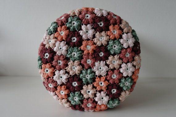 Exclusief krukje met gehaakte hoes en houten pootjes. Een echte blikvanger in uw interieur!  Het krukje is bekleed met een roestbruine stoffen zitting met een zelf gehaakte hoes daaroverheen. De gehaakte hoes is afneembaar en kan daardoor gewassen worden (het liefst met de hand). Bloemen zijn van 100% katoen gehaakt in de kleuren; groen, licht roze, zalm, brick, oranje en roestbruin. Kleuren kunnen variëren ten opzichte van de fotos. De hoogte van de kruk is 40 cm en de doorsnee van de…