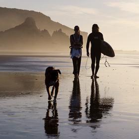 Aan de mooiste surfstranden van Zuid West Portugal met fantastische golven bieden wij yoga & surfweken aan in mei, juli, augustus en september. Ervaring met yoga of surfen is niet vereist! Yoga is een hele krachtige manier om je lichaam voor te bereiden op je surfplank. Je zal merken dat je vol energie en met een sterk lichaam weer het vliegtuig in stapt na deze week van zon, yoga, surfen en tijd voor jezelf.