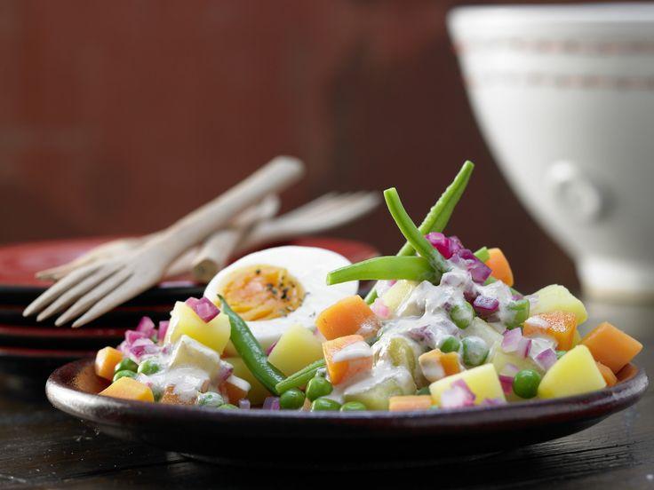 Würziger Gemüsesalat - mit cremiger Thunfischsauce und Eiern - smarter - Kalorien: 346 Kcal - Zeit: 1 Std.  | eatsmarter.de
