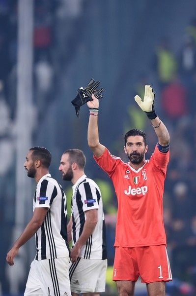 Juventus' goalkeeper from Italy Gianluigi Buffon greets fans at the end of the UEFA Champions League Group D football match Juventus Barcelona on November 22, 2017 at the Juventus stadium in Turin. .Barcelona advanced to the Champions League last 16 on Wednesday after clinching top spot in Group D following a 0-0 draw against Juventus in Turin. / AFP PHOTO / Filippo MONTEFORTE