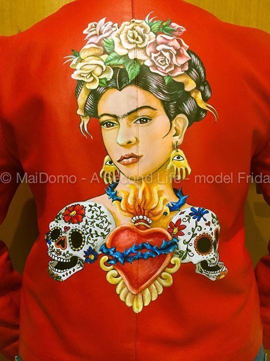 Seconda Vita per questo giubbino in pelle modello Chanel anni 90, rosso lacca, completamente restaurato, sostituiti i bottoni a tema e dipinto a mano sul retro e sulle maniche, dedicato a Frida Kahlo