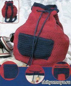 Красно-синий рюкзак, связанный крючком своими руками