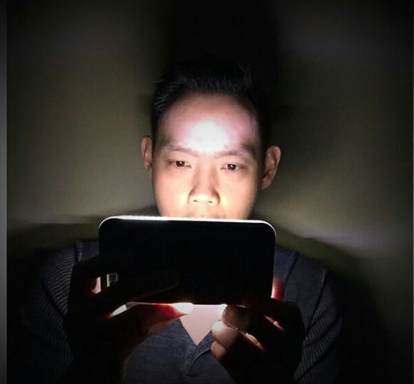 This guy is watching House Of Cards on his LuMee, in the dark. We love our LuMee fans!