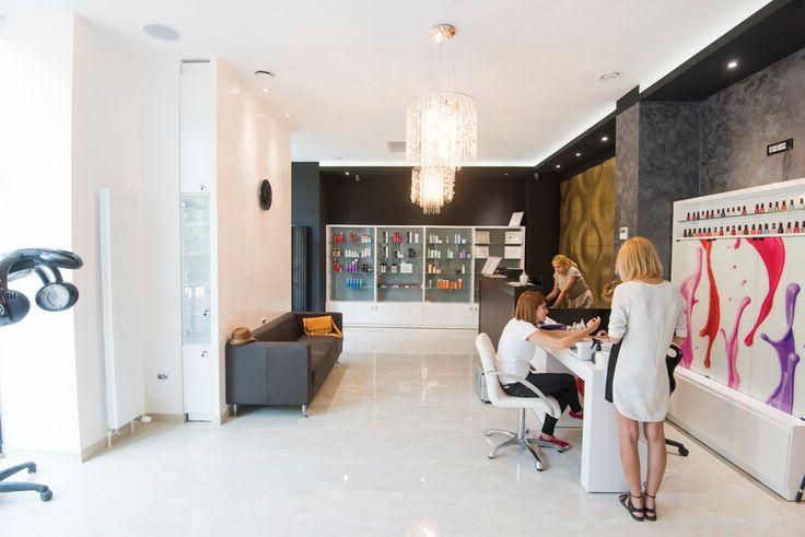 Jovial Salon Unirii Bucuresti - Jovial este salonul de infrumusetare in zona Unirii care ofera clientilor sai servicii profesionale de coafor si hairstyling, cosmetica, tratamente naturale pentru fata si corp, manichiura si pedichiura.…