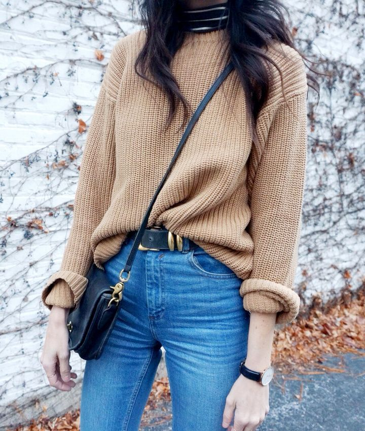 Pull camel glissé dans un slim bleu + large ceinture = le bon mix (blog If You Seek Style)