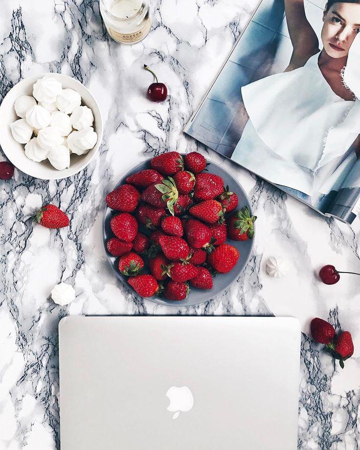 86 отметок «Нравится», 4 комментариев — Nita (@monalemona) в Instagram: «Вот оно - воскресное счастье: забраться с тарелкой клубники и сладостями в кровать, пить чай,…»