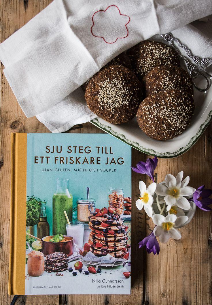 Dags för hembakat igen. Enkla och glutenfria frukostfrallor och ett boktips. Receptet kommer från 'Sju steg till ett friskare jag' av Nilla Gunnarsson.