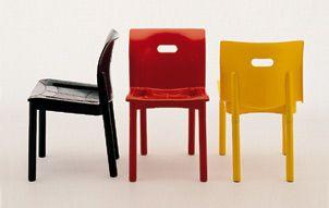 SEDIA 4870 (1986) di Castelli Ferrieri, la quale grazie a questa sedia sovrapponibile si aggiudicò il Compasso d'oro nel 1987. A caratterizzarla è lo schienale: rigido nella parte bassa e flessibile nella parte alta per dare massima comodità di seduta.