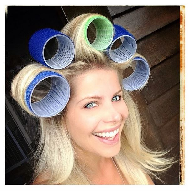 Karina Bacchi posa com bobes no cabelo e brinca: 'Nem tão glamuroso'