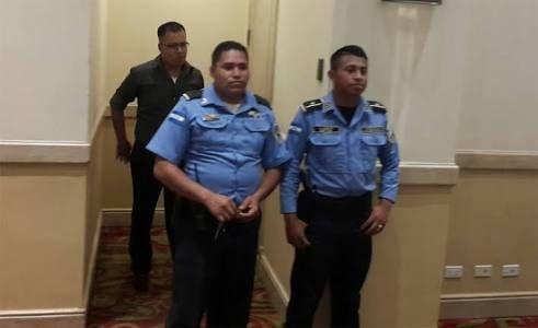 Carmona huye y se enconde en baño de hotel capitalino