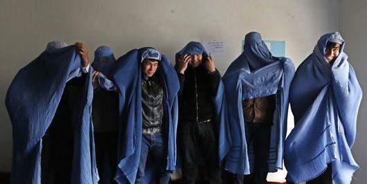 """En grupp män i Afghanistan marscherade i torsdags på Kabuls gator i burka för att protestera mot förtrycket av kvinnor. Protesten gjordes i samband med internationella kvinnodagen på söndag, skriver Reuters. Männen, som kallade det heltäckande klädesplagget för """"ett fängelse"""", bar skyltar med orden """"Jämlikhet"""" och """"Säg inte åt kvinnor vad de ska ha på sig, täck dina ögon i stället""""."""