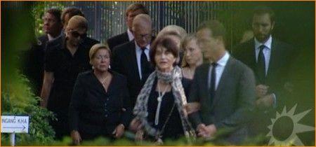 Koningin Beatrix en prinses Irene lopen vrijdag in gezelschap van andere leden van het Koninklijk Huis naar de Koepel van Fagel op het terrein van Paleis Noordeinde in Den Haag, om afscheid te nemen van prins Carlos Hugo de Bourbon de Parme die hier ligt opgebaard.