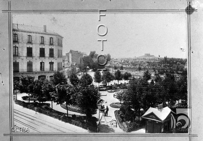 Reproducción de una fotografía de la Plaza de Camo. Al fondo, San Jorge. José Mera Oltra. Huesca. Hoya de Huesca