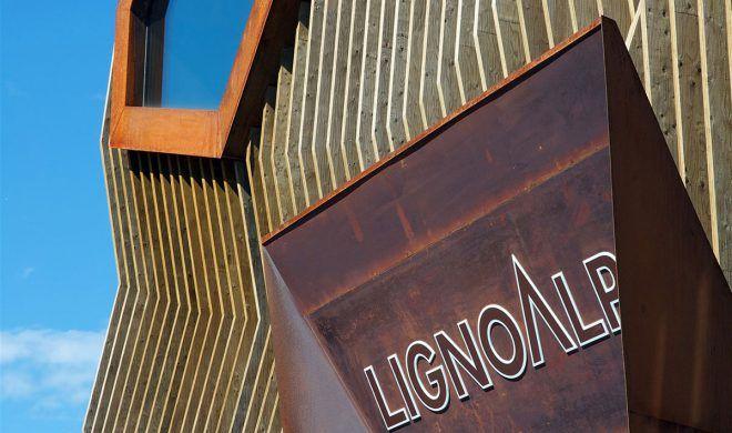 La facciata ondulata, i motivi a quadri e a nido d'ape degli interni dell'edificio situato a Bressanone, evidenziano in modo giocoso la grande flessibilità dell'edificio.