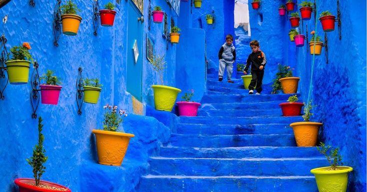 C'è un luogo magico nel nord del Marocco, che è raggiungibile con quattro ore e mezza di bus da Fès. Un luogo che mi ha stregato soltanto vedendolo in foto. Mi ha preso a pugni nello stomaco solo sfogliando le gallerie fotografiche di un certo Steve McCurry. Un posto che nei racconti di chi ci …