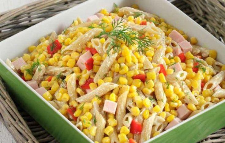 Κρύα σαλάτα με πένες,καλαμπόκι,καπνιστή γαλοπούλα και σως γιαουρτιού