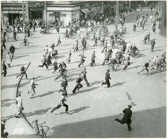 People running outside the main station in Århus (August 1943)