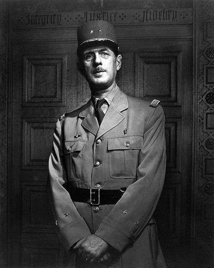 Si vous ne connaissez pas le nom de Yousuf Karsh, vous avez forcément vu au moins une de ses photos, il est un des plus grand portraitiste du 20eme siècle et il a photographié toutes les plus grandes stars et les personnages importants de son époque.