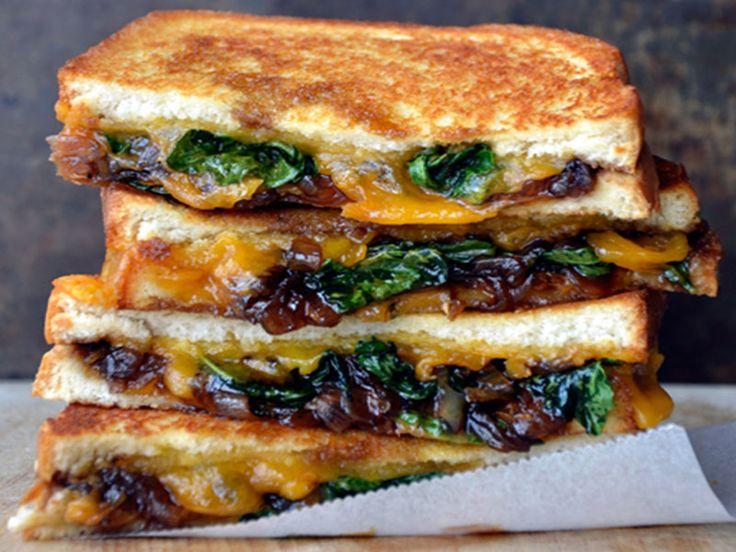 Ζεστό σάντουιτς με καραμελωμένα κρεμμύδια και τυρί τσένταρ