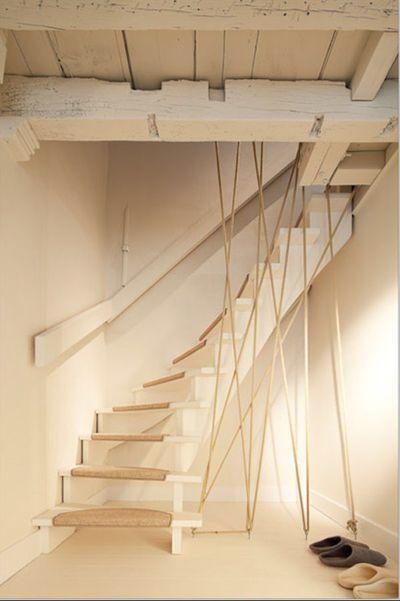 Moderniser des escaliers en bois avec un garde-corps en corde . Idée sur côté maison