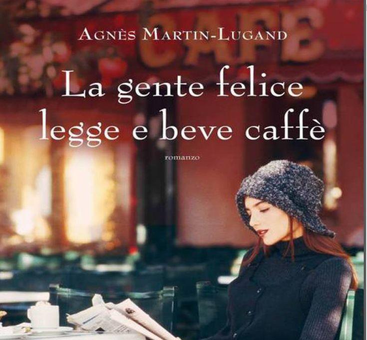 La gente felice legge e beve caffé
