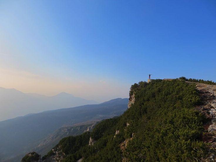 Aria fresca e cielo azzurro... Una delle due cose che mi aiuta ad avere una giornata perfetta quando sono in montagna. Poi se ci sono anche panorami così meglio ancora.. buon weekend amici miei. • • • • • • #tramonto #cimacornetto  #trentino #montagna #mountainlife #mountainview #italiainunoscatto  #trekkingtrip #adventuretrip #adventuretravel #traveladdict #travelers  #trentinotravel  #trekkingitalia  #traveladdict #lovequotes #trentinoaltoadige #magicmoments #magic_shots  #natureonly…