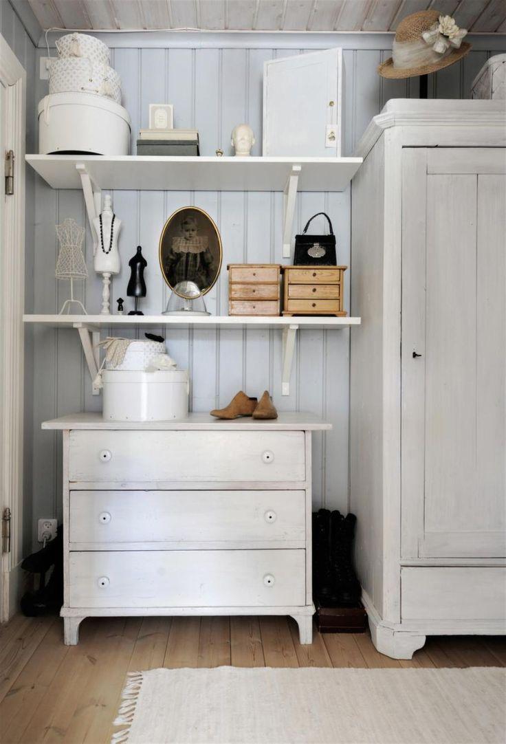 Sovrummets förmak tjänar som klädkammare med vitmålat klädskåp och byrå som har många år på nacken. Pärlsponten på väggen är målad i en ljust gråblå ton.