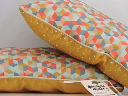Coussin rectangulaire motifs géométriques/passepoil doré/poussières d'étoiles moutarde : Textiles et tapis par la-fabrique-aux-etoiles